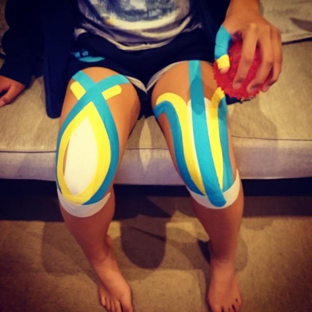 両大腿四頭筋テープ+オスグット