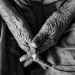 高齢でもできる!骨折→手術後、後遺症で「曲げれない手首を動かせる」リハビリ方法