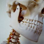 あくびをすると「ガコっ」と鳴る!硬いものを食べると耳から顎が痛い!『顎関節症』の整骨院での治し方